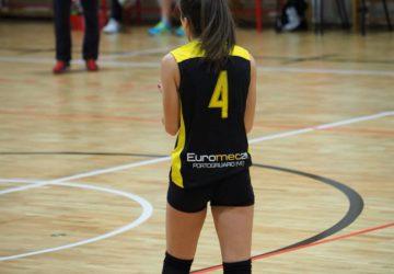 Atleta Vola Volley si prepara alla battuta